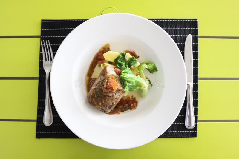 Gebratenes Fleisch mit Salat Legen Sie Einstellung ver stockfotos