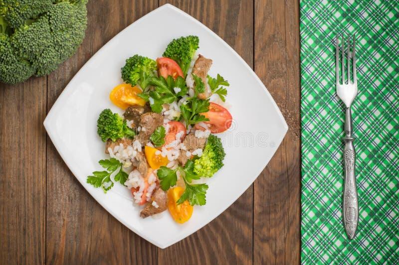 Gebratenes Fleisch, weißer Reis und Gemüse Hölzerner Hintergrund Beschneidungspfad eingeschlossen Nahaufnahme lizenzfreies stockfoto