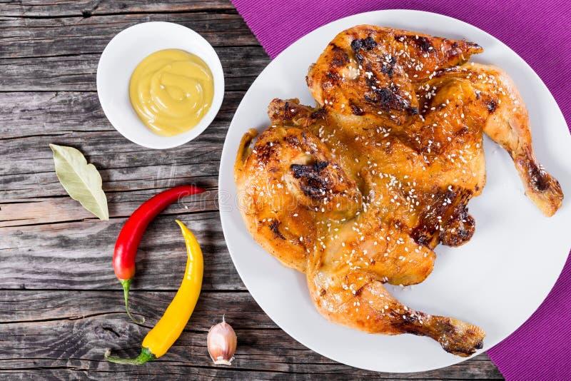 Gebratenes ganzes Huhn auf weißer Platte, Draufsicht lizenzfreie stockbilder