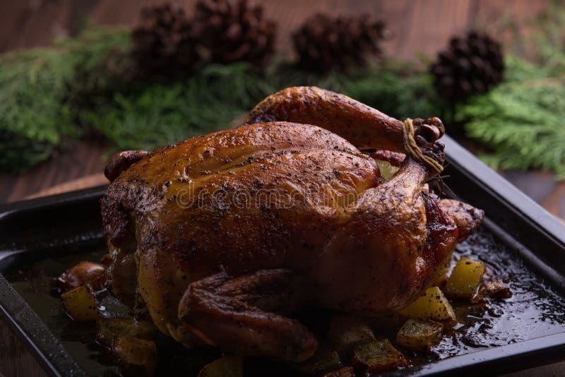 Gebratenes ganzes Huhn/Truthahn für Feier und Feiertag Weihnachten, Danksagung, Silvesterabendabendessen lizenzfreie stockbilder