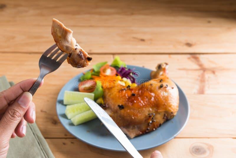 Gebratenes Hühnerbein mit Soße und schwarzem Pfeffer lizenzfreies stockbild