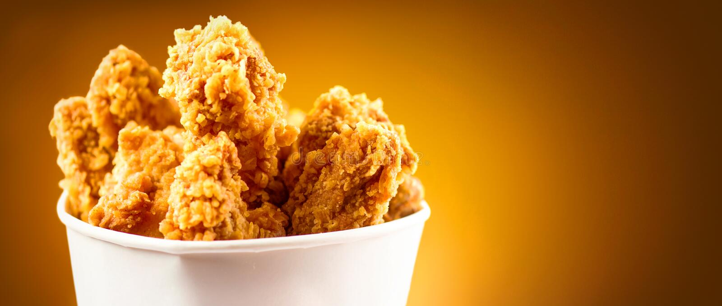 Gebratenes Hühnerflügel Eimer voll knusperigen gebratenen Huhns Kentuckys stockfoto