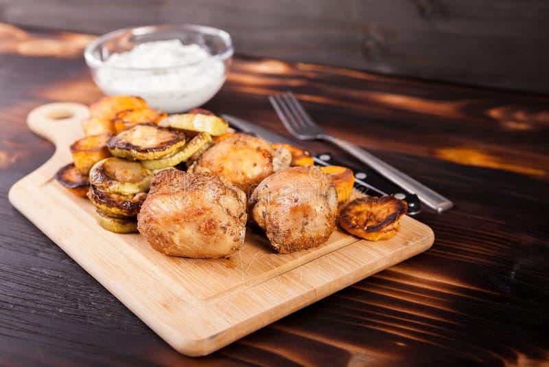 Gebratenes Hühnerfleisch und gegrilltes Gemüse stockbilder