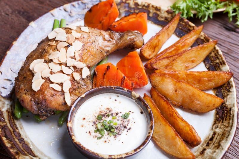 Gebratenes Hühnertrommelstöcke mit Pommes-Frites, Karotte auf Platte lizenzfreie stockbilder