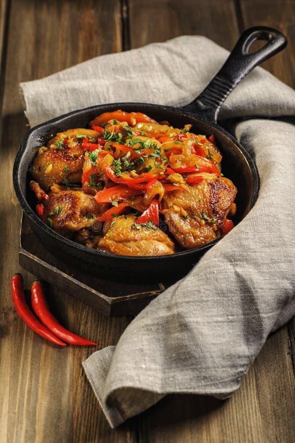 Gebratenes Huhn in der würzigen Soße mit Gemüse stockbilder