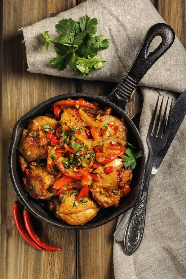 Gebratenes Huhn in der würzigen Soße mit Gemüse lizenzfreies stockfoto