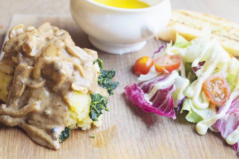 Gebratenes Huhn diente mit Salat- und Knoblauchbrot lizenzfreie stockfotos