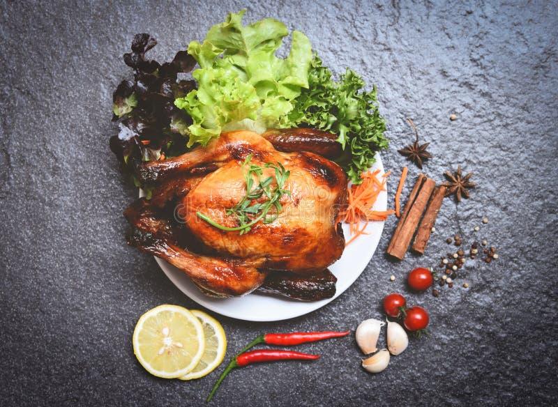 Gebratenes Huhn/gebackenes ganzes Huhn gegrillt auf weißer Platte mit Kräutern und Gewürze und dunkler Hintergrund lizenzfreie stockfotos