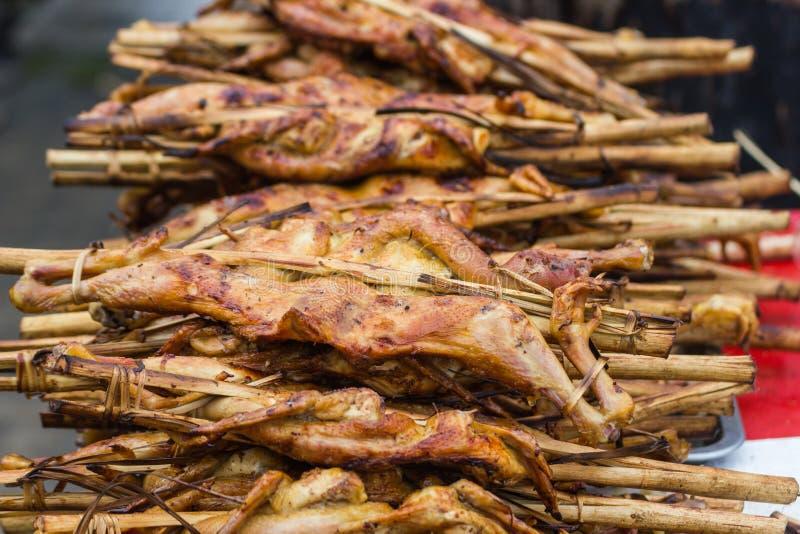 Gebratenes Huhn mit Bambusstock stockfotos