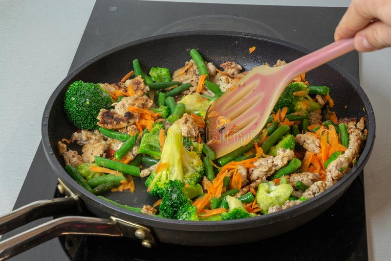Gebratenes Huhn mit Gemüse in der Wanne lizenzfreie stockbilder
