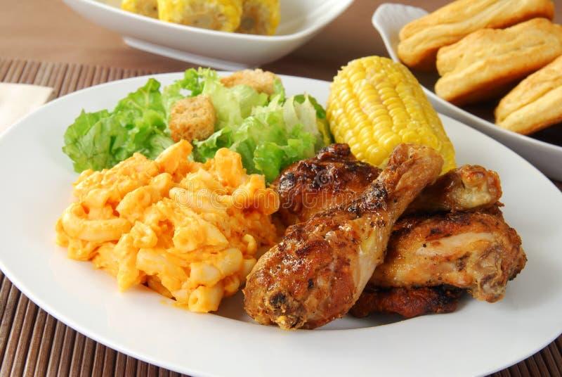 Gebratenes Huhn mit Makkaroni und Käse stockbilder