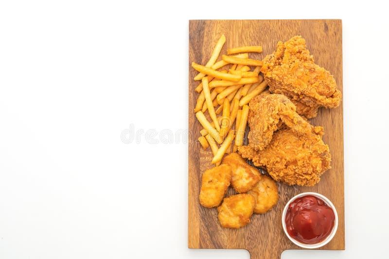 gebratenes Huhn mit Pommes-Frites und Nuggetmahlzeit (ungesunde Fertigkost und ungesunde Nahrung lizenzfreie stockbilder