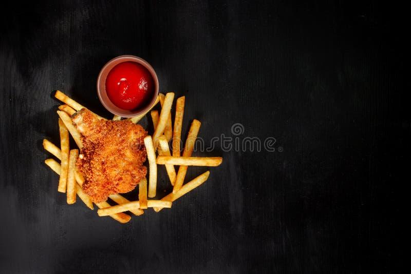 Gebratenes Huhn mit Pommes-Frites, ungesunder Fertigkost und ungesunder Nahrung Kopieren Sie Platz lizenzfreie stockbilder