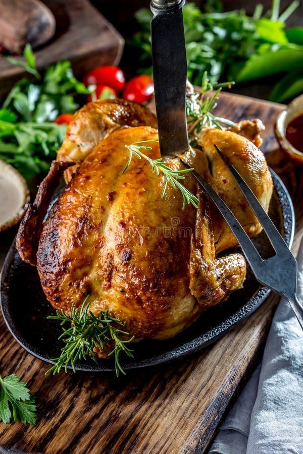 Gebratenes Huhn mit Rosmarin diente auf Schwarzblech mit Soßen auf Holztisch, Abschluss oben lizenzfreie stockfotos