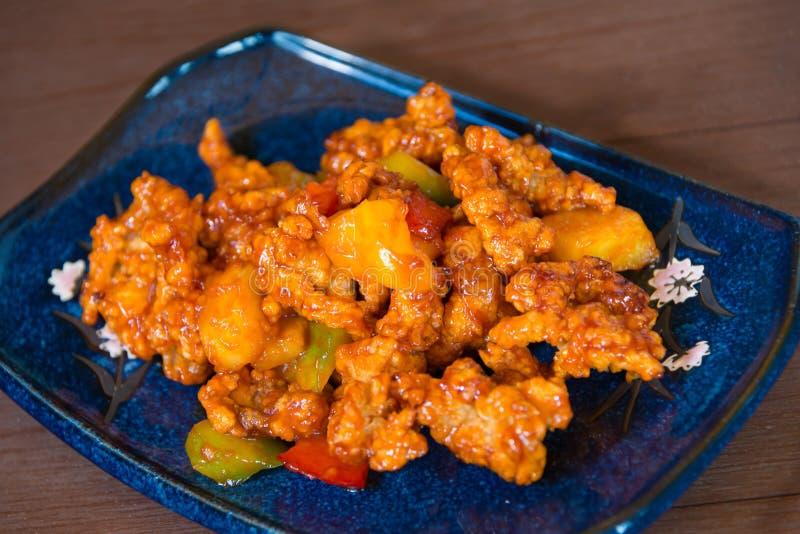 Gebratenes Huhn mit süßer und saurer köstlicher thailändischer Nahrung lizenzfreies stockfoto
