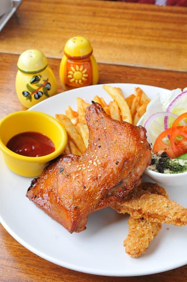 Gebratenes Huhn und Chip stockbilder