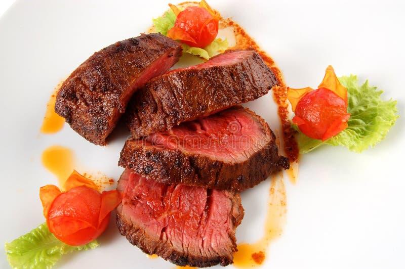 Gebratenes Kalbfleisch mit Tomaten lizenzfreie stockfotos