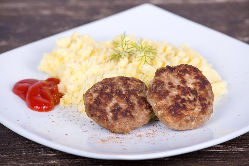 Gebratenes Kotelett mit Kartoffelpürees lizenzfreies stockfoto
