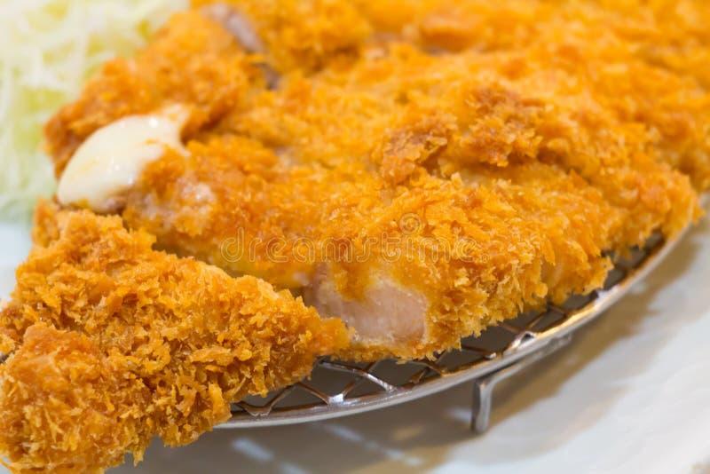 Gebratenes Kotelettschweinefleisch (Tonkatsu: Japanses-Nahrungsmittel) auf weißem Plattenesprit stockfotografie