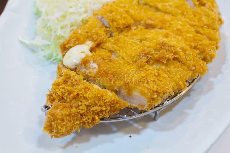 Gebratenes Kotelettschweinefleisch (Tonkatsu: Japanses-Nahrungsmittel) auf weißem Plattenesprit lizenzfreie stockfotografie
