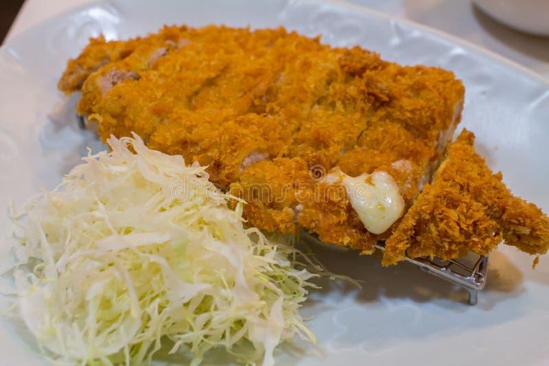 Gebratenes Kotelettschweinefleisch Tonkatsu: Japanses-Nahrungsmittel auf weißer Platte mit Kohl stockfoto