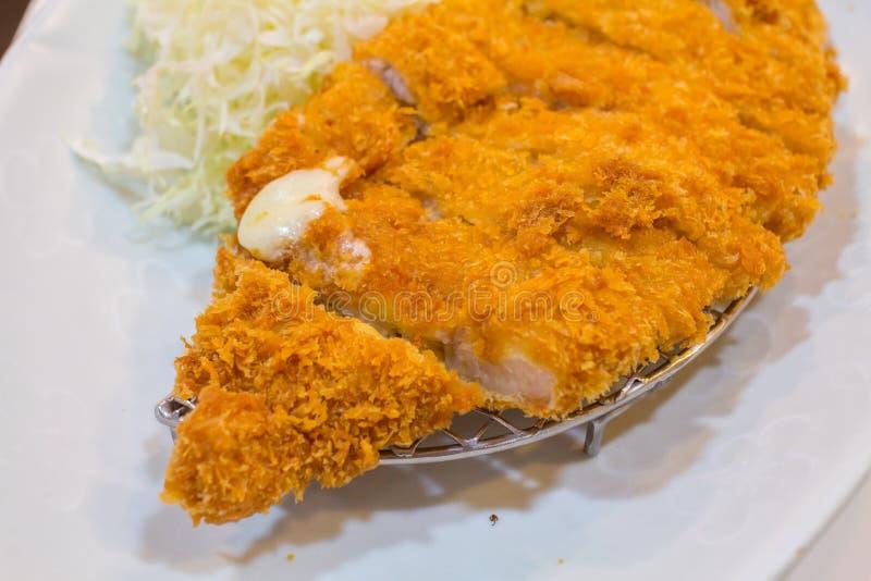 Gebratenes Kotelettschweinefleisch Tonkatsu: Japanses-Nahrungsmittel auf weißer Platte mit Kohl lizenzfreie stockbilder