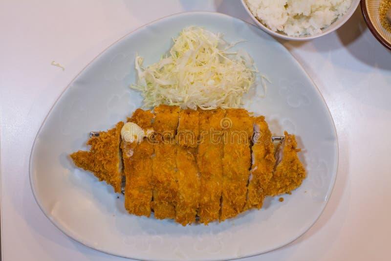 Gebratenes Kotelettschweinefleisch Tonkatsu: Japanses-Nahrungsmittel auf weißer Platte mit Kohl stockbilder