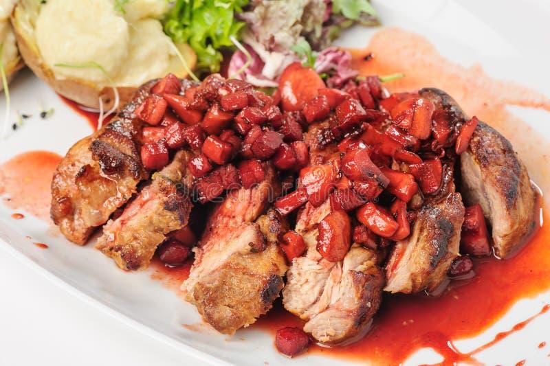 Gebratenes Rindfleisch mit Beere und Apfelsauce stockfoto