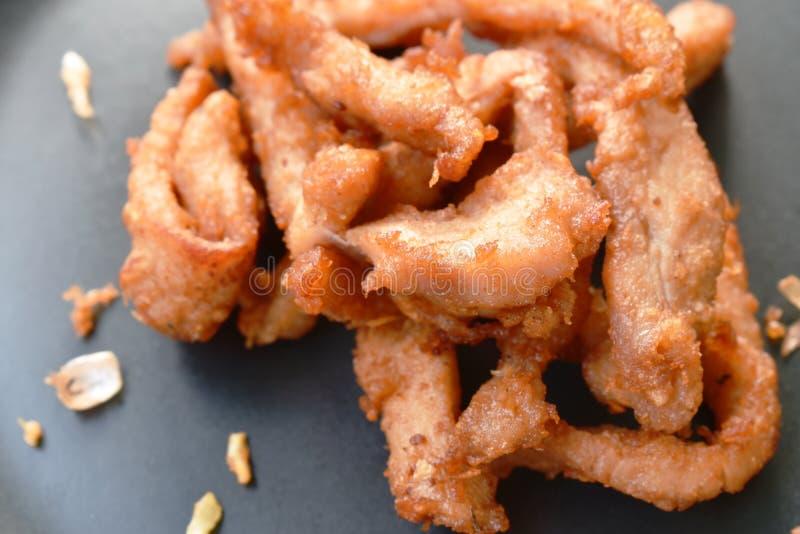 Gebratenes salziges Schweinefleisch der Scheibe mit knusperigem Knoblauch auf Platte stockbilder