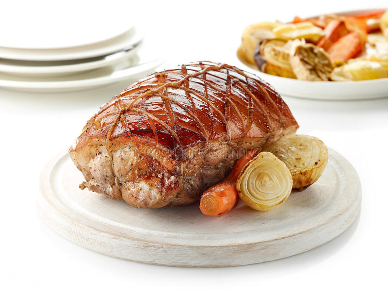 Gebratenes Schweinefleisch auf hölzernem Schneidebrett lizenzfreie stockfotografie