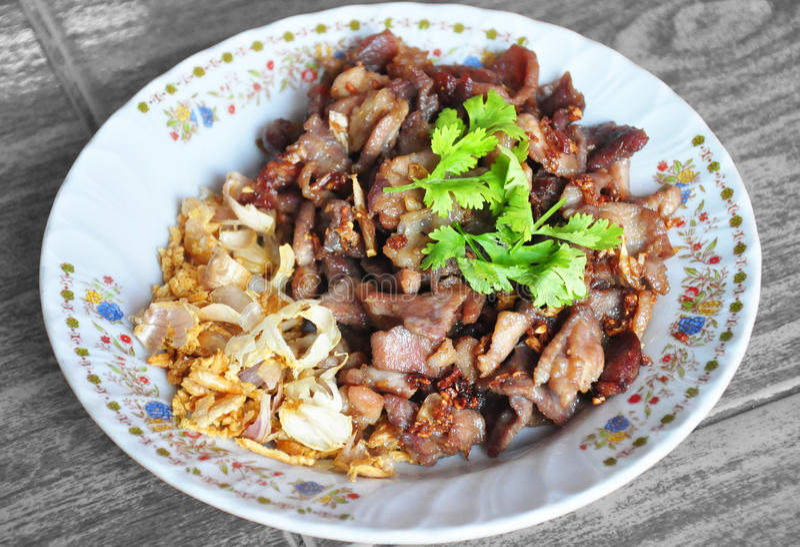 Gebratenes Schweinefleisch mit Knoblauch und Pfeffer, thailändisches Lebensmittel stockbilder