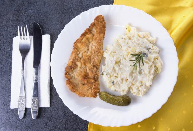 Gebratenes Schweinefleisch mit Salat mit Messer und Gabel lizenzfreie stockfotos