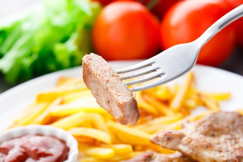 Gebratenes Steak auf einer Gabel lizenzfreie stockfotografie