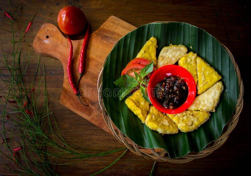 Gebratenes tempeh diente mit würzigem soysauce stockfotografie
