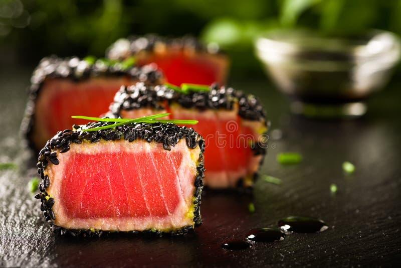 Gebratenes Thunfischsteak im schwarzen indischen Sesam lizenzfreie stockfotos