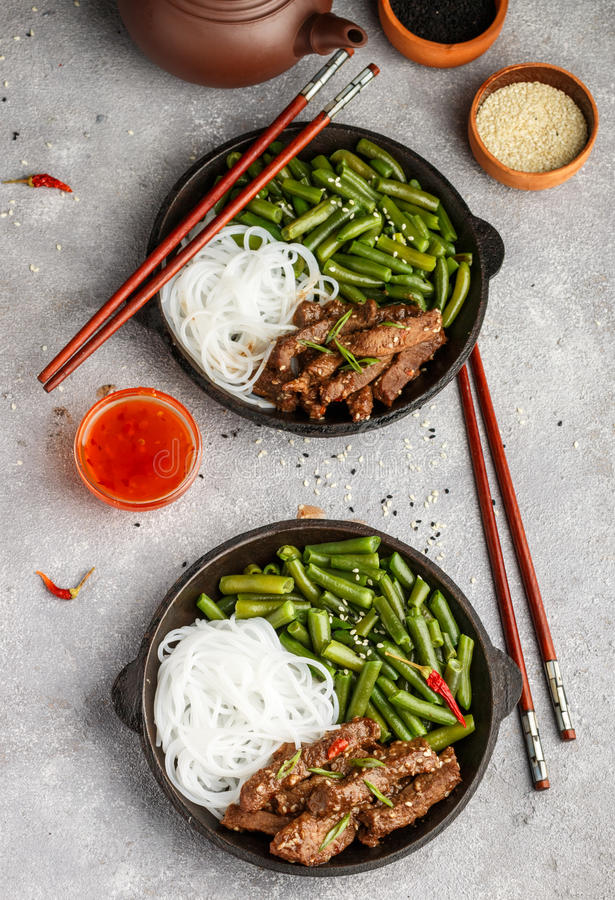 Gebratenes würziges Rindfleisch mit Samen des indischen Sesams, grünen Bohnen und Reisnudeln stockbilder