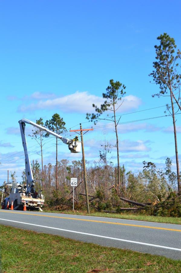 Gebrauchsarbeitskraft, die Stromleitungen wieder anschließt lizenzfreies stockfoto