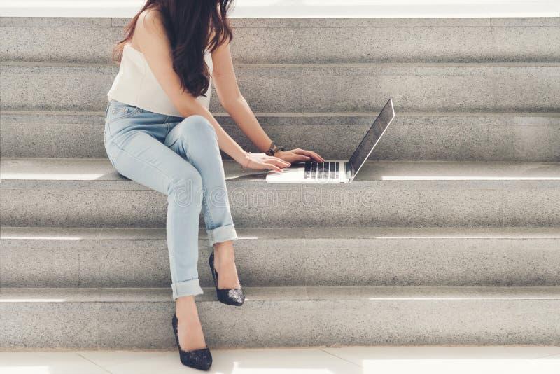 Gebrauchscomputer der berufstätigen Frauen lizenzfreies stockbild