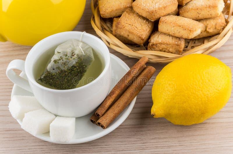 Gebrauter Tee, Zucker und Zimt, Zitrone und Keksplätzchen lizenzfreies stockbild