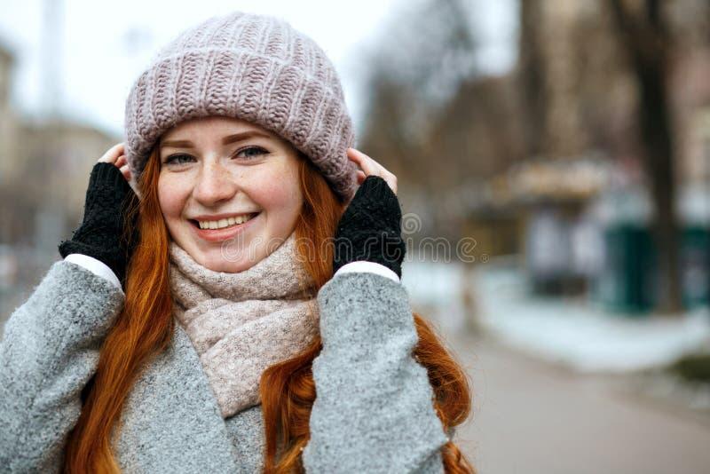 Gebreid close-upschot van leuke gembervrouw met het lange haar dragen stock foto's