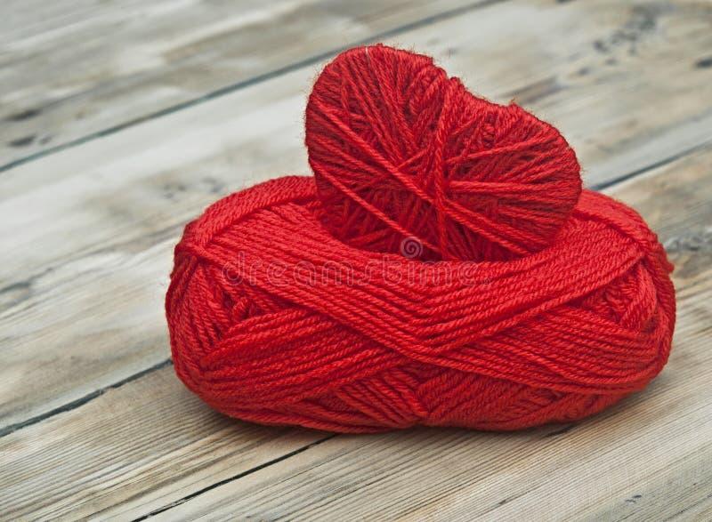 Gebreid hart en rood van garen royalty-vrije stock foto