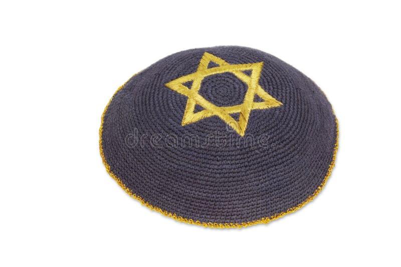 Gebreid kippah met de geborduurde gouden ster van David stock afbeelding