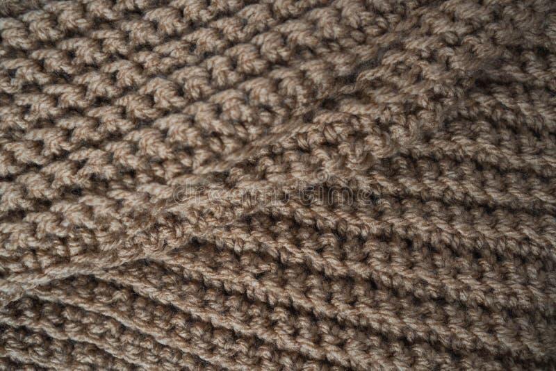 Gebreide horizontale geweven bruine stof op een witte achtergrond Fragment van een bruine kleurensweater De textuur, sluit omhoog royalty-vrije stock foto's