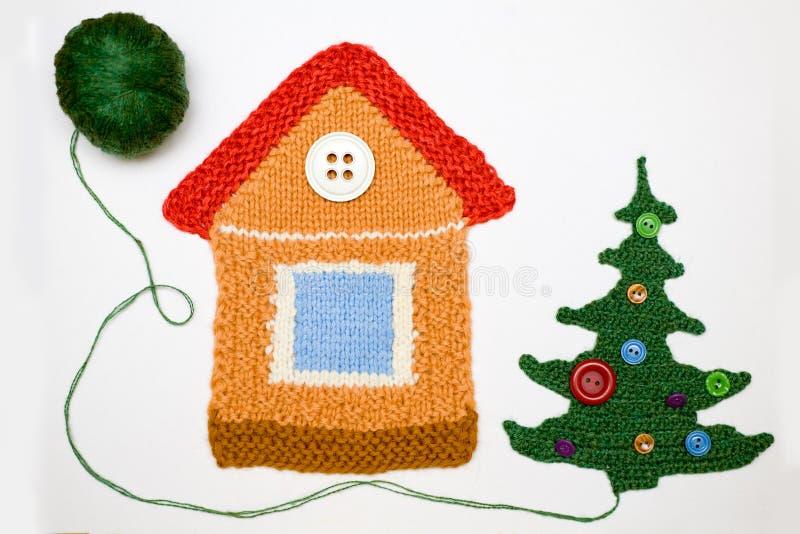 Gebreide huis en Kerstmisboom op wit royalty-vrije stock foto's