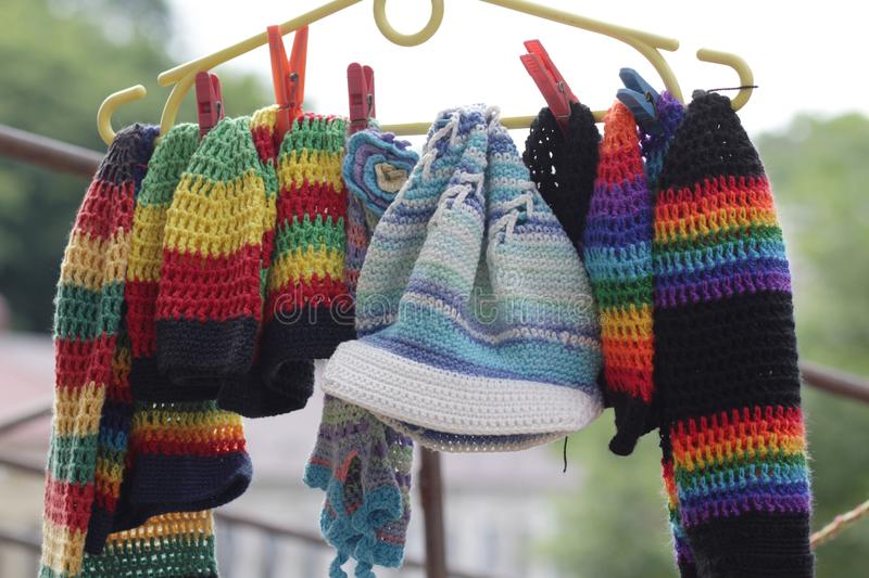 Gebreide kleurrijke hoeden en sjaals stock foto