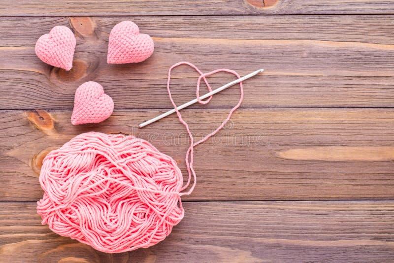 Gebreide roze harten, verwarring van draad en naald royalty-vrije stock foto's