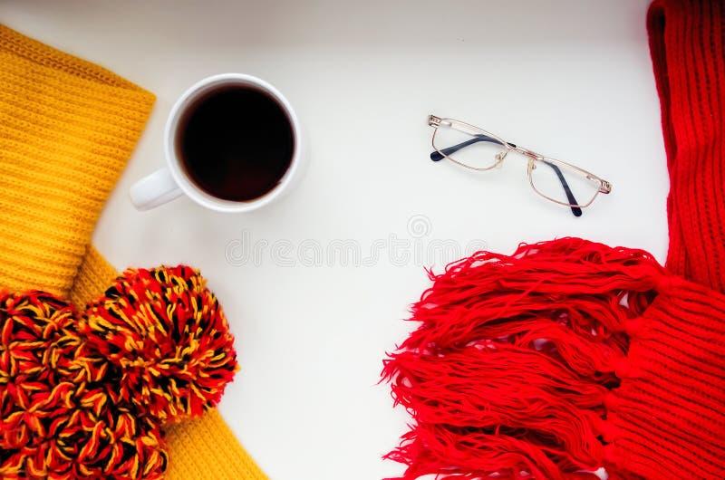 Download Gebreide Sjaal En Hoed Op De Lijst Warme Kleren Voor Daling En Wi Stock Afbeelding - Afbeelding bestaande uit comfort, katoen: 107701417