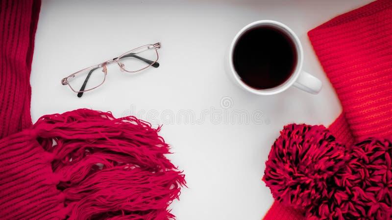 Download Gebreide Sjaal En Hoed Op De Lijst Warme Kleren Voor Daling En Wi Stock Foto - Afbeelding bestaande uit hoed, knitting: 107701480