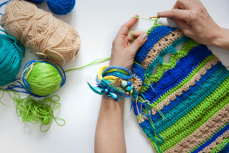 Gebreide stof van wol crochet Witte achtergrond Mening van abo stock foto