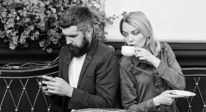 Gebrek aan levende mededeling Kom eerst van meisje en de rijpe mens samen de vrouw en de man met baard ontspannen in koffie Bruta stock afbeelding